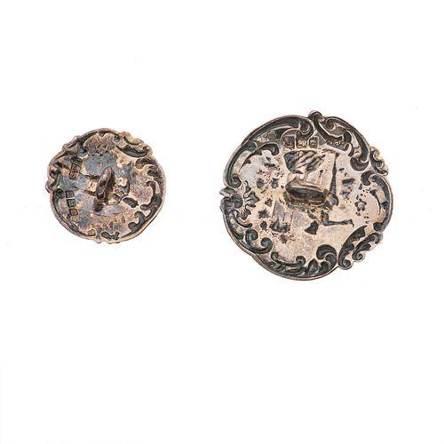 JUEGO DE BOTONES EN PLATA BIRMINGHAM DE LA FIRMA LEVY & SALAMAN, CA. 1900  Conformado por tres pares de botones con escena de...