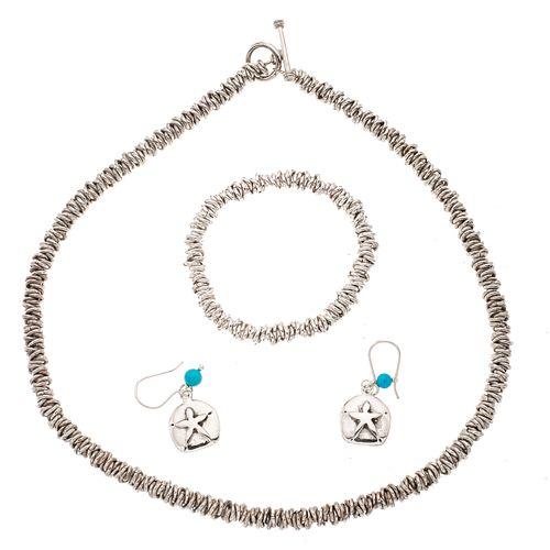 Collar, pulsera y par de aretes en plata .925. Diseño de aros. Peso: 86.2 g.