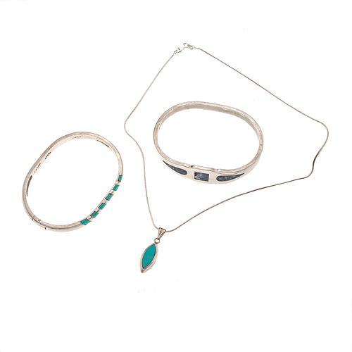 Dos brazaletes, collar y pendiente con turquesas y lapislázuli en plata .925. Peso: 69.5 g.