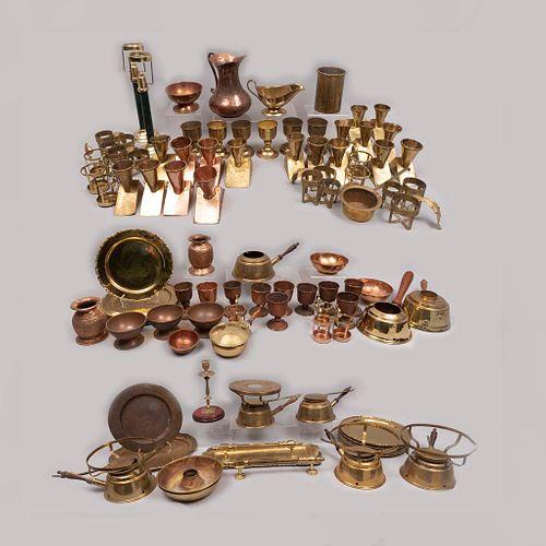 Lote mixto 90 piezas pertenecientes al restaurante Sir Winston Churchill´s. Siglo XX. Elaboradas en metal dorado.