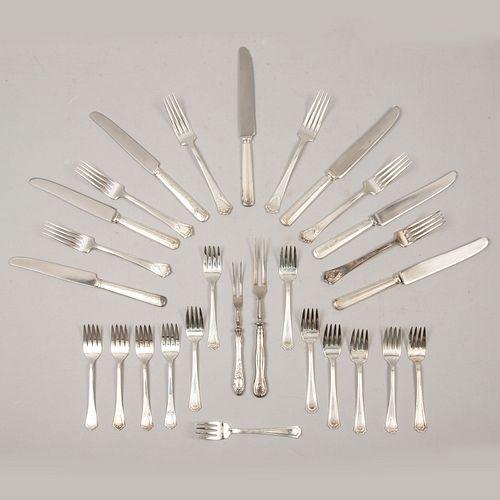 Servicio abierto de cubiertos. Siglo XX. Diferentes diseños. Elaborados en metal plateado y acero inoxidable. Piezas: 28
