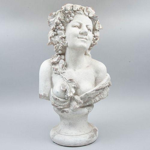 Maceta. Siglo XX. Diseño a manera de busto de bacante. Elaborada en terracota. Acabado color blanco. Con depósito superior.