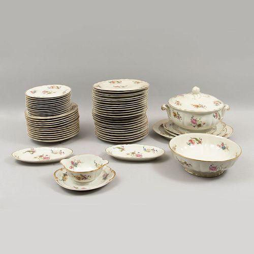 Servicio abierto de vajilla. Francia. Siglo XX. Elaborada en porcelana Limoges. Marca Bernardaud & Co.
