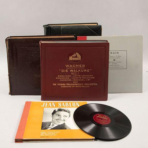 Colección de discos. SXX. En carpetas. Consta de: a) Jean Sablon. Decca Records. b) Edith Piaf. La Vie en Rose. Entre otros. Piezas: 37