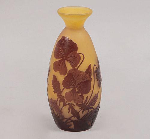 A la manera de EMILE GALLÉ (FRANCIA, 1846 - 1904) Violetero. Cristal de camafeo estilo ART NOUVEAU en tono amarillo.