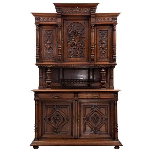 Buffet. Francia. Siglo XX. Estilo Enrique II. En talla de madera de nogal. A 2 cuerpos. Con 2 cajones y 2 puertas. 243 x 151 x 56 cm