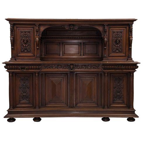 Buffet. Francia. Siglo XX. Estilo Enrique II. En talla de madera de nogal. Con 6 puertas abatibles y 3 cajones. 170 x 221 x 64 cm
