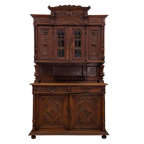 Buffet. Francia. Siglo XX. Estilo Enrique II. En talla de madera de roble. A 2 cuerpos Con 2 cajones y 4 puertas. 240 x 140 x 52 cm
