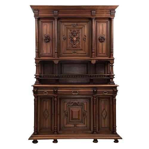 Buffet. Francia. Siglo XX. Estilo Enrique II. En talla de madera de nogal. A 2 cuerpos. Con 3 cajones y 6 puertas. 249 x 165 x 59 cm