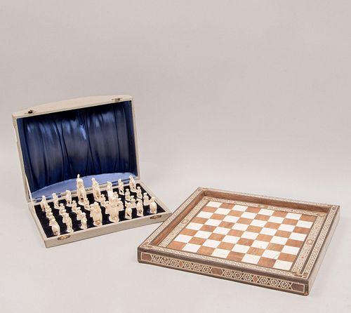 Juego de ajedrez. India, siglo XX. Tablero elaborado en madera tallada con taraceado y piezas en talla de marfil.