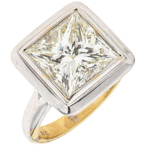 SOLITAIRE RING WITH DIAMOND IN 18K YELLOW GOLD 1 Princess cut diamond ~6.80 ct Clarity: SI1-SI2 Color: M-N
