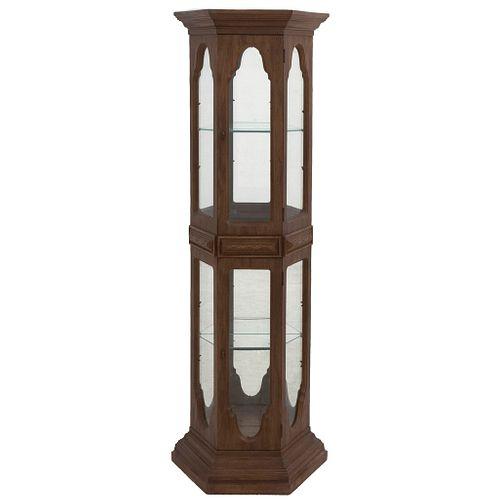 Vitrina. Siglo XX. En talla de madera. Con 2 puertas abatibles, paredes con cristal y 2 espejos interiores. 182 x 60 x 27 cm