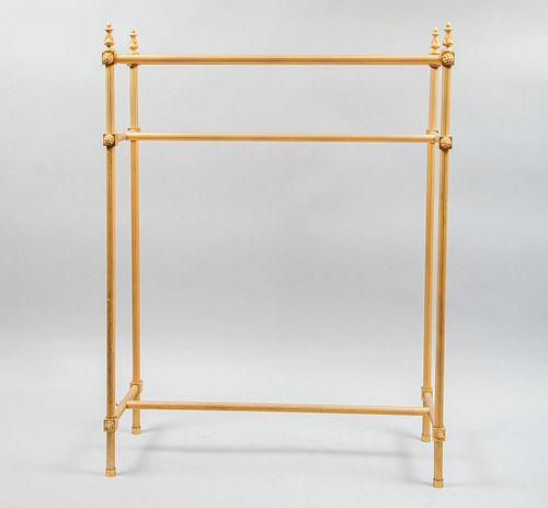 """Estante. Siglo XX. Estructura tubular de metal. Chambrana en """"H"""", fustes y soportes acanalados. Decorada con pináculos."""
