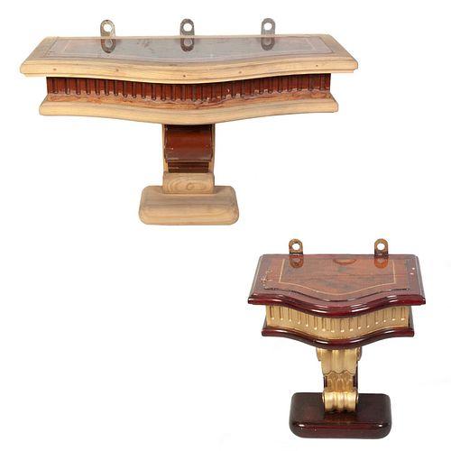 Lote de 2 peanas. Siglo XX. Elaboradas en madera. Una acabado crudo. Con cubiertas irregulares enchapadas y fustes tipo roleo.