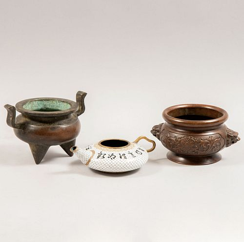 Lote de artículos para té. China. Siglo XX. Elaborados en hierro. Consta de: tetera cloisonné, urna con 3 puntos de soporte, Otro.