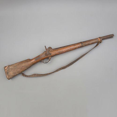 """Mosquete. Francia, siglo XIX. Cuerpo y culata tallados en madera. Marcado con un sello parcialmente legible: """"Frères...(?)""""."""