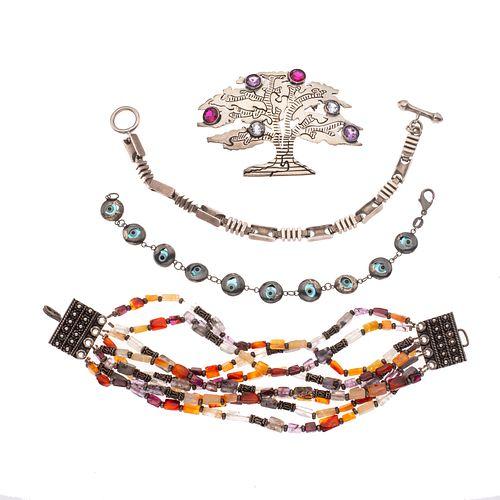 Tres pulseras y prendedor con cuarzos en plata. Prendedor con la firma Ballesteros. Peso: 121.9 g.