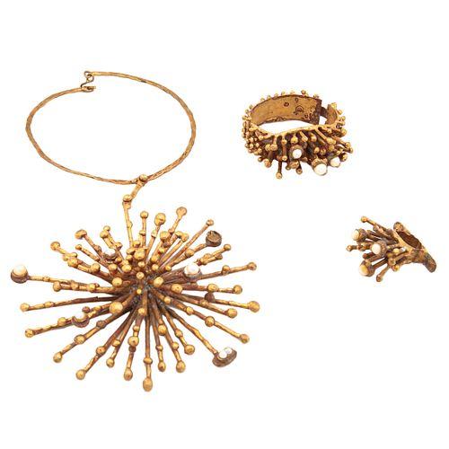PAL KEPENYES. Collar, anillo y brazalete Firmado Elaborado en latón dorado con perlas. Estilo brutalista.