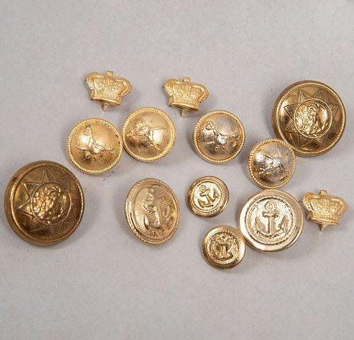 Lote de botones para traje. Siglo XX. Elaborados en metal dorado y resina. Decorados con diferentes diseños como Escudo Nacional.