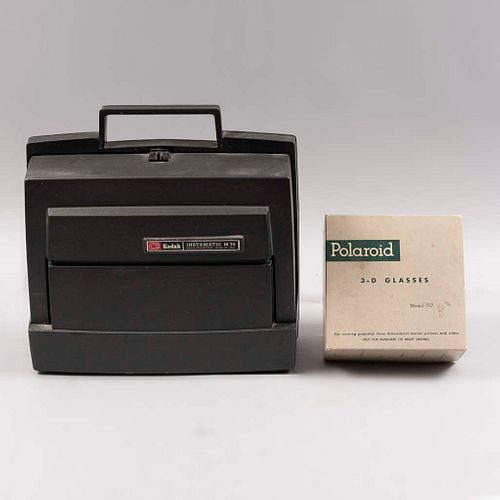 Proyector. E.U.A. Siglo XX. De la marca Kodak, modelo Instamatic M70. Elaborado en metal, baquelita y material sintético. Con lentes 3D