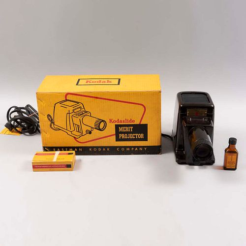 Proyector para diapositivas.  E.U.A. Siglo XX. Marca Kodak slide Merit.  Elaborada en metal y material sintético. Lente regulable.