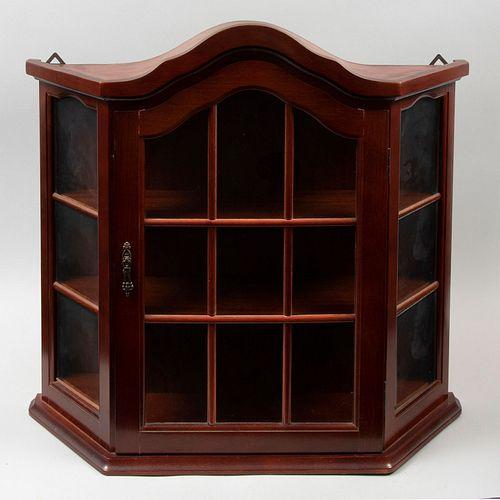 Juguetero - vitrina. SXX. Elaborada en madera de caoba. Con puerta abatible de vidrio y soporte tipo zócalo.