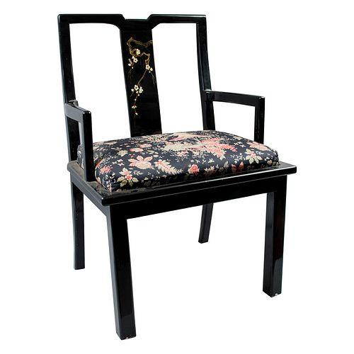 Sillón. Siglo XX. Estilo oriental. Elaborado en madera ebonizada y laqueada. Con respaldo semiabierto y asiento acojinado.