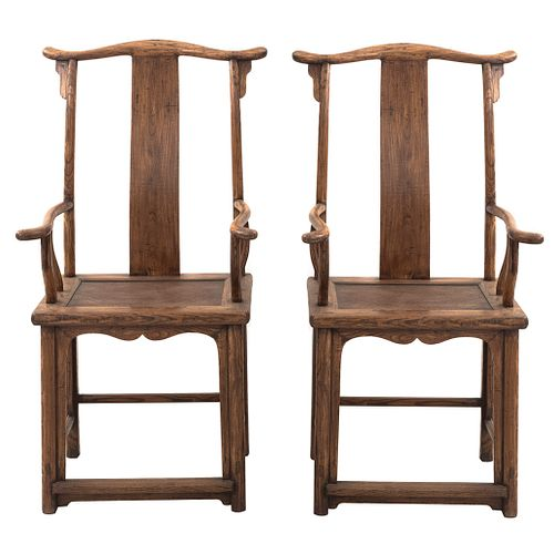 Par de sillones. Siglo XX. En talla de madera. Con respaldos semiabiertos, asiento de mimbre tejido y sinogramas pirograbados.