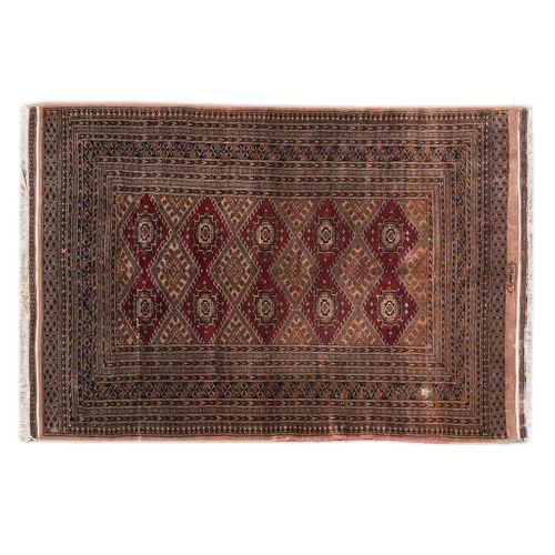 Tapete. Pakistán. Siglo XX. Estilo Boukhara. Anudado a mano en lana y algodón. Firmado. Elementos geométricos y florales. 125 x 190 cm