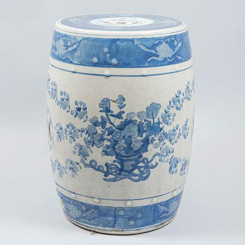 Banco para jardín. China. SXX. Elaborado en cerámica, en color azul y blanco. Decorado con elementos vegetales, florales.