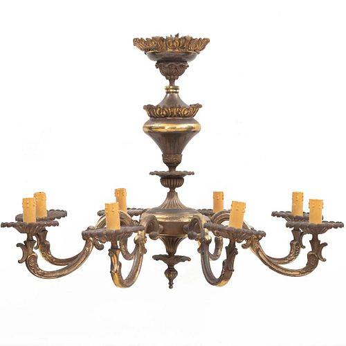 """Candil. SXX. Elaborado en metal dorado. Para 8 luces. Con arandelas florales, brazos en """"S"""" y fuste compuesto. 52 cm altura"""