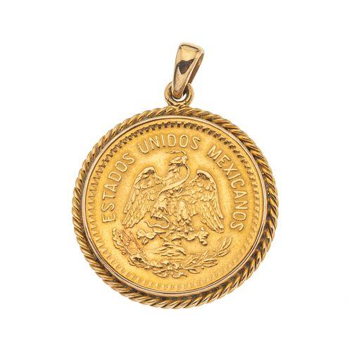Pendiente con moneda de 10 pesos en oro amarillo de 21.6 k. Bisel torzal en oro amarillo de 14k. Peso: 10.9 g.