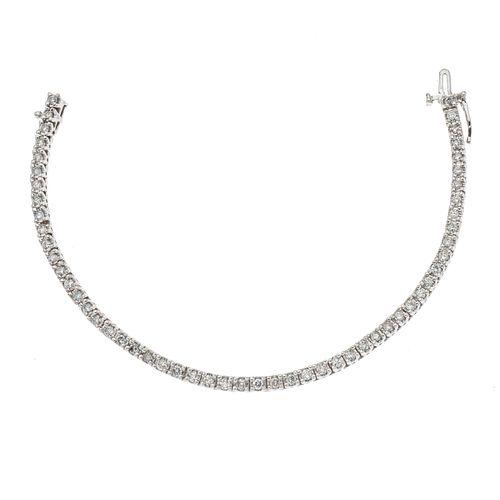 Pulsera con diamantes en oro blanco de 14k. 54  diamantes corte brillante. 2.70 ct. Peso: 12.6 g.