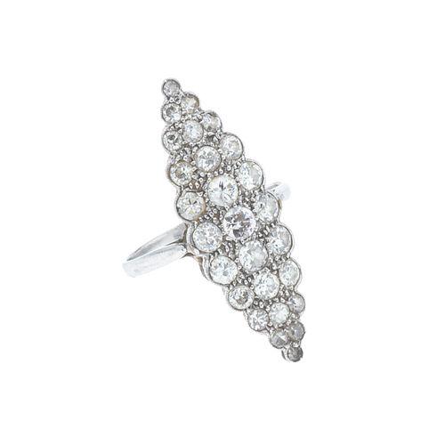 Anillo con diamantes en platino. 27 diamantes corte brillante 1.25 ct. Talla: 6. Peso: 3.8 g.
