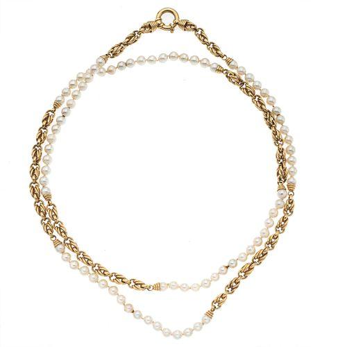 Collar con perlas en oro amarillo de 14k. 79 perlas cultivadas color blanco de 6 mm. Diseño de doble eslabón. Peso: 83.2 g.