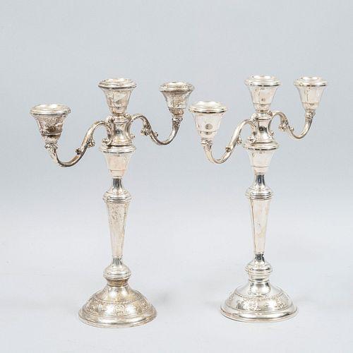 Par de candelabros. Siglo XX. Con alma sólida de otro material y laminados de plata sterling Sellados Wallace Sterling.