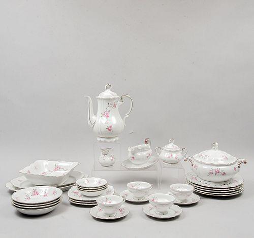 Servicio abierto de vajilla. Alemania. SXX. Elaborada en porcelana de Bavaria. Marca Edelstein. Modelo Dinah. Piezas: 84