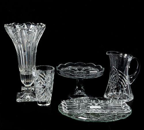 Lote de 6 artículos. SXX. Elaborados en cristal. Consta de: florero, vaso, jarra, charola, pastelero y platón.