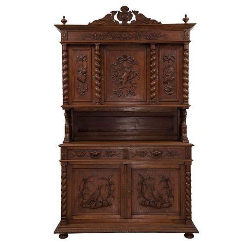 Buffet. Francia. SXX. Estilo Enrique II. En talla de madera de roble. A 2 cuerpos. Con cajones, puertas abatibles y soportes.