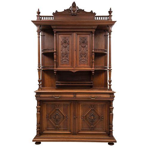 Buffet. Francia. Siglo XX. Estilo Enrique II. En talla de madera de nogal. Con cajones con tiradores, puertas abatibles.