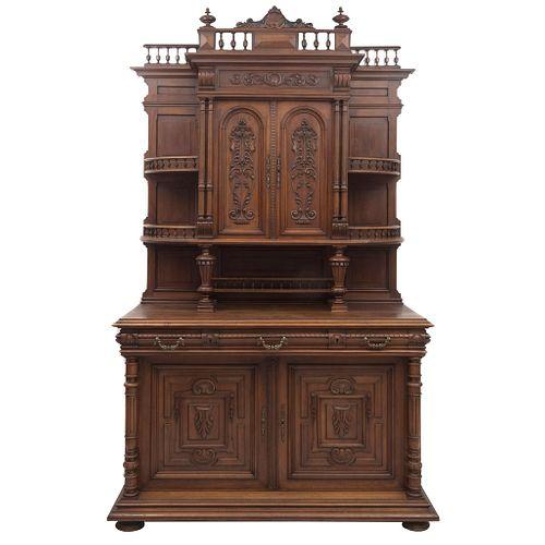 Buffet. Francia. SXX. Estilo Enrique II. En talla de madera de nogal. Con cajones, puertas abatibles y soportes. 255 x 155 x 64 cm