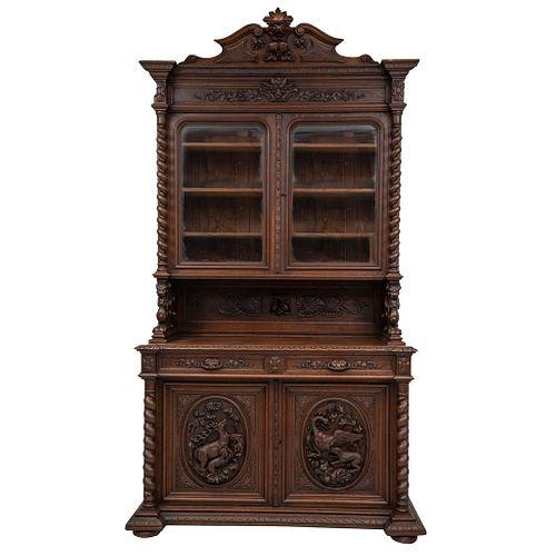 Buffet. Francia. SXX. En talla de madera de roble. Con puertas abatibles y soportes.  279 x 145 x 60 cm