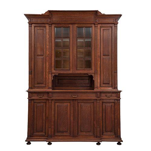 Buffet. Francia. SXX. En talla de madera de roble. Con 8 puertas abatibles, 2 con vidrios, 3 cajones con tiradores. 254 x 182 x 60 cm
