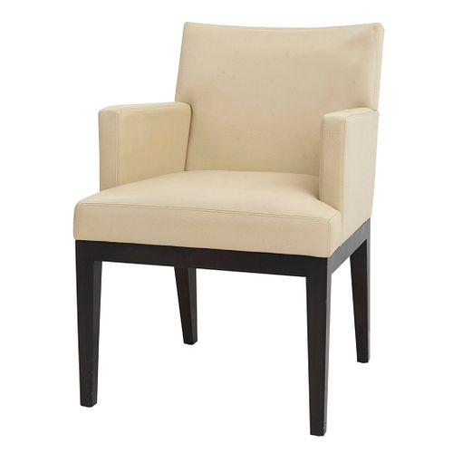 CHRISTIAN LIAIGRE PARA HOLY HUNT. Sillón. SXX. Talla en madera. Con respaldo cerrado y asiento en vinipiel color beige.