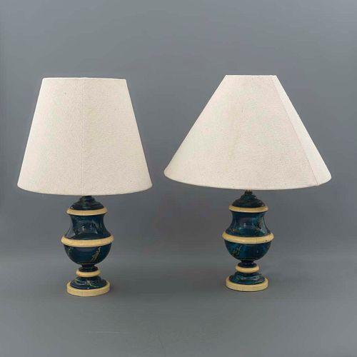 Lámparas de mesa. SXX. Diseño por Christian Fersun. Elaboradas en resina policromada. Firmadas. Electrificadas para 2 luces. Piezas: 2