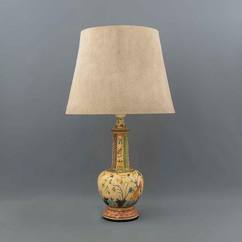 Lámpara de mesa. SXX. Elaborada en resina policromada. Electrificada para 2 luces. Con pantalla de tela color beige. 96 cm altura