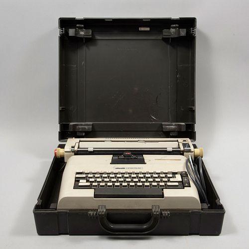 Máquina de escribir. Gran Bretaña. SXX. De la marca Olivetti , modelo Lexikon. Eléctrica. Con portafolio de plástico.