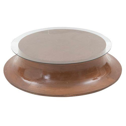 Mesa de centro. SXX. Elaborada en madera. Con cubierta circular de vidrio. Decorada con aplicaciones de metal dorado. 28 x 1