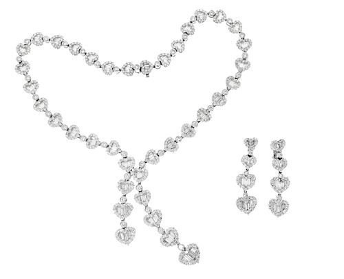 Set of necklace and pair of earrings in 18kt white gold and diamond rosettes.