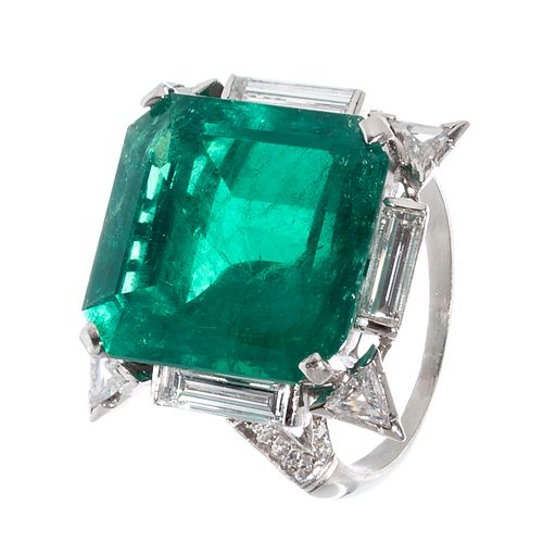 Ring in platinum and diamonds with an important natural emerald.
